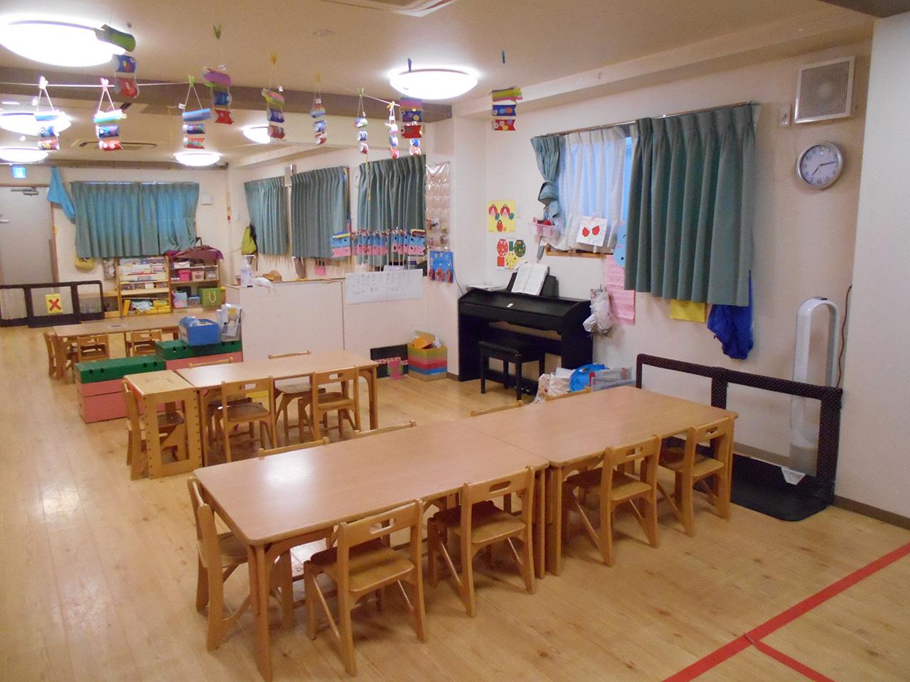 4才児 そらぐみ 3才児室とロッカーで仕切っています